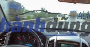 Xử lý kính ô tô mờ cho tài xế khi trời mưa